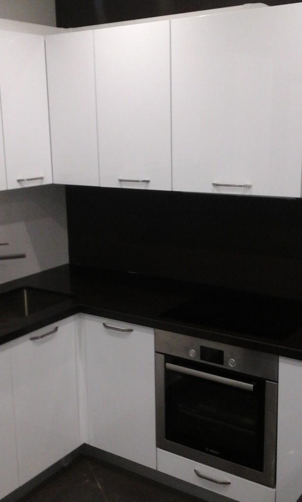 Черная кухонная столешница
