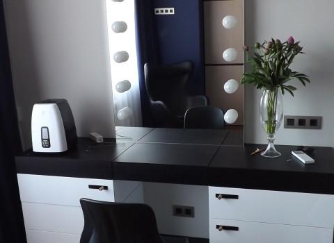 столик в спальную комнату